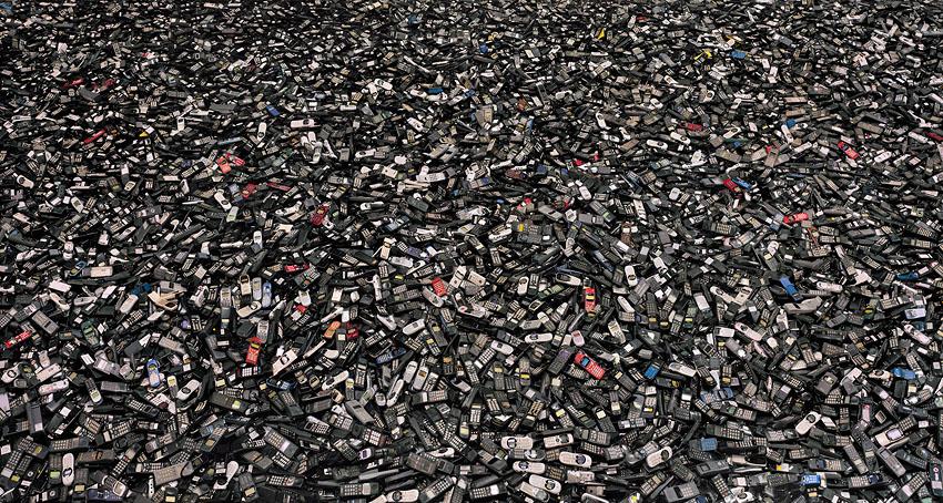 ערימות של טלפונים ניידים שהושלכו