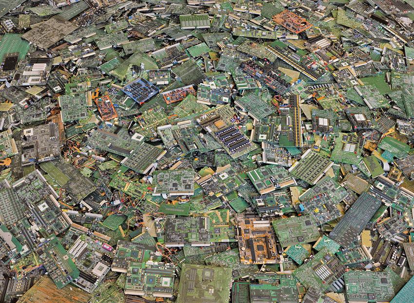 El consumismo masivo del ser humano en imágenes Circuit%20boards%202%2044x60