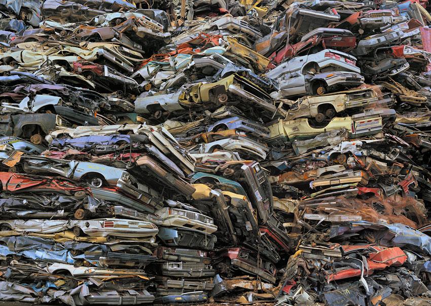 El consumismo masivo del ser humano en imágenes Crushed%20cars%202%20%2044x62