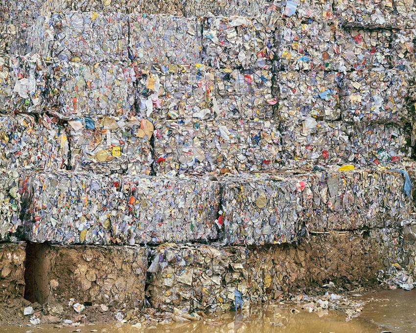 El consumismo masivo del ser humano en imágenes Recycling%20yard%201%2044x56